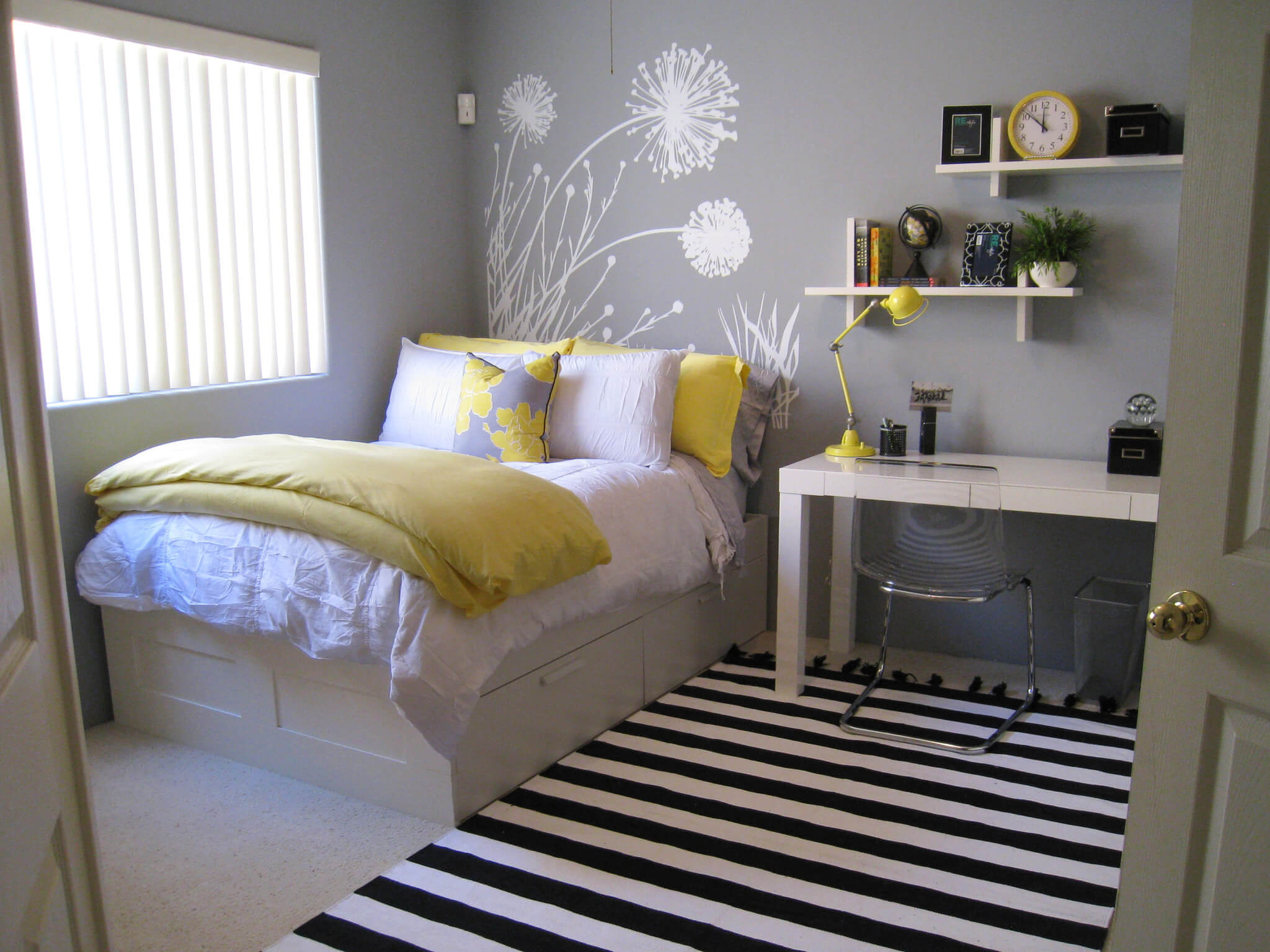 Get a small bedroom ideas for visual appealing look