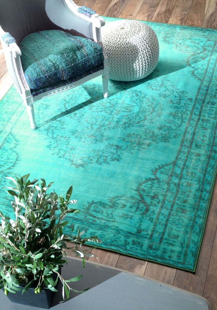 Turquoise rug- a vibrant color for room décor