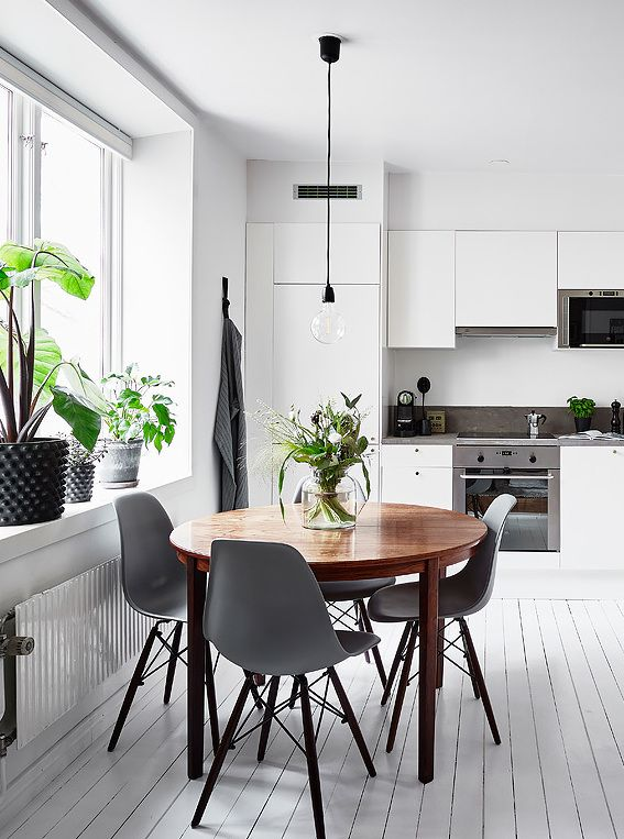 White kitchen with a round dining table - COCO LAPINE DESIGN .