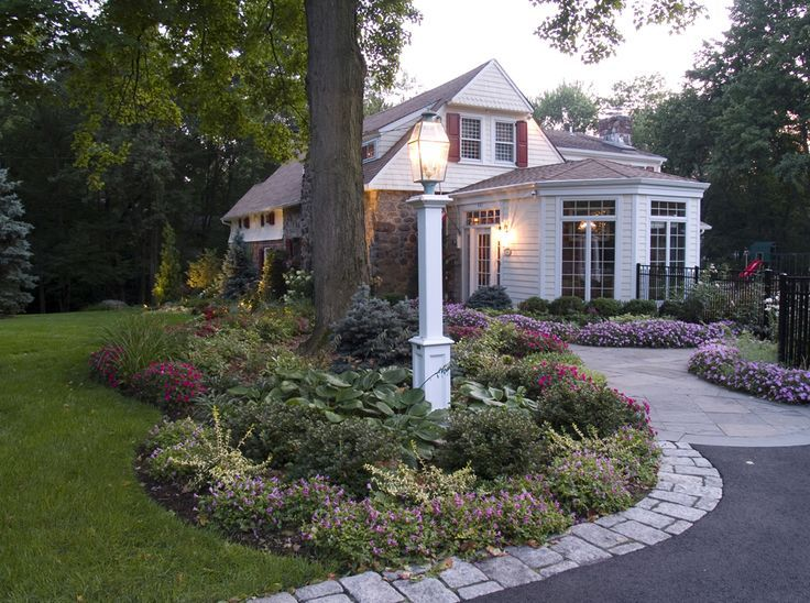 front yard lamp post ideas | Landscape front yard lighting design .